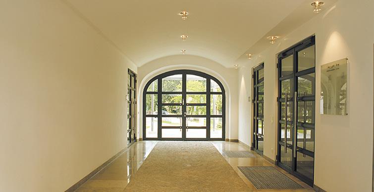 Eingangsbereich mit durchgezogener Außenpflasterung