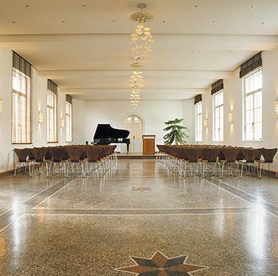 Restaurierter Musiksaal mit neuer Decke und Lichtgestaltung