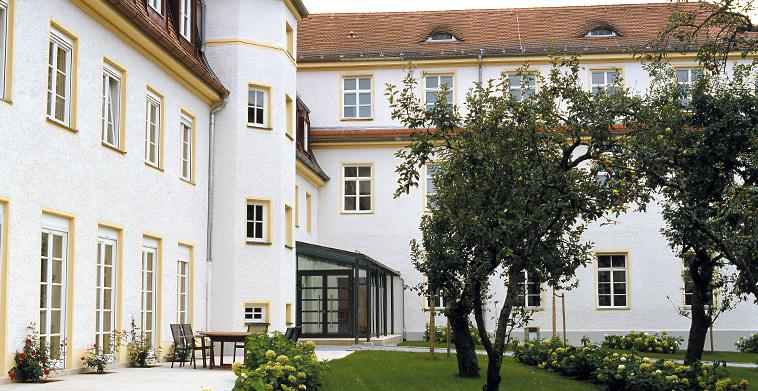 Hofseitige Terrasse vor Konferenzraum und Eingangsvorhalle