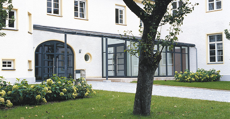 Hofseitiger Haupteingang und Eingangsvorhalle