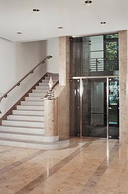 Repräsentativer Haupttreppenaufgang mit Glasaufzug