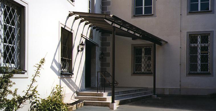 Neuer Klostereingang mit Granitpodest und Stahl-Glasvordachh