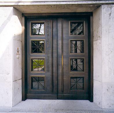 Neues Klosterpfortentor außen mit Bronzeblechbeschlag