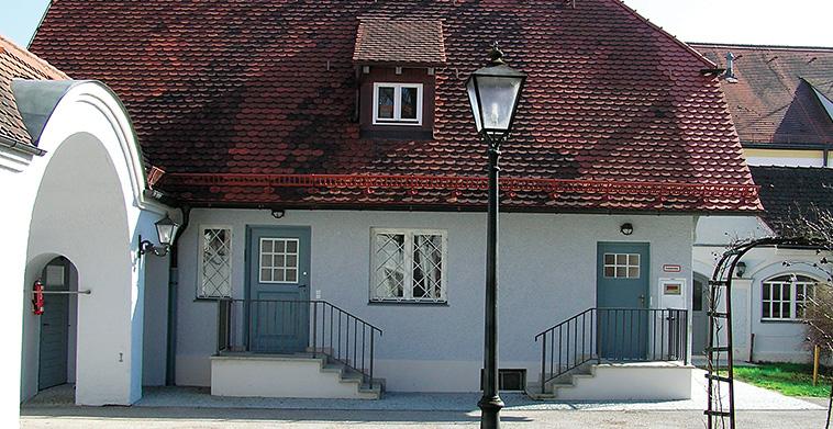 Pförtnerhaus hofseitig mit neuen Eingangstreppenpodesten