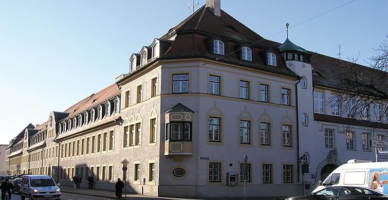 Institutsgebäude straßenseitig