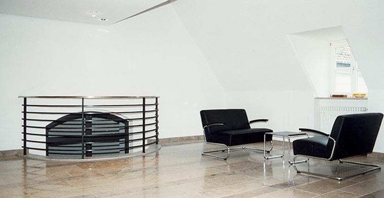 Brüstungsgeländer mit Foyermöblierung